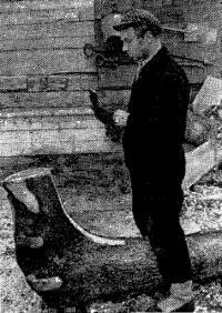 Г. Ф. Федоровский вытесывает из ствола форштевень с частью киля