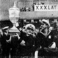 Главные трофеи регаты. Кубок в руках капитана О. П. Ванденко