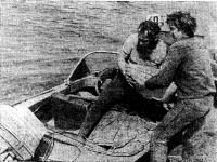 Гонщики нагружают свою лодку до полной паспортной нагрузки мешками с песком