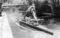 Канал в городском парке, где проводят тренировки начинающие гребцы