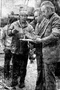 Капитан команды Ю. Емец получает отметку о прибытии на финиш в Гомеле