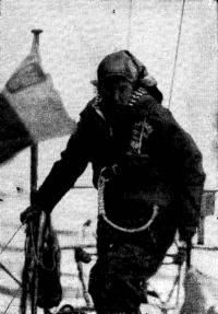 Капитан сходит на берег. Фото Яна Доминовского