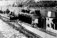Катер командующего Краснознаменной Дунайской флотилией обходит строй бронекатеров