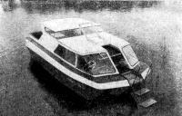 Катер с трапом у берега