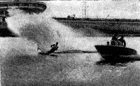 Катер тянет воднолыжника