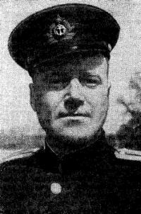 Командир отдельного отряда полуглиссеров Герой Советского Союза лейтенант М. М. Калинин