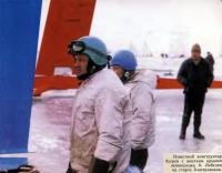 Конструктор буеров с жестким крылом А. Лебедев на старте 8-метровиков