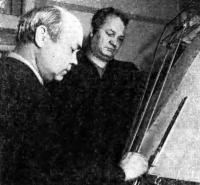 Конструкторы строящихся на верфи яхт В. В. Чайкин (слева) и А. Б. Карпов