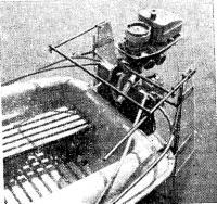 Корма лодки с навешенным мвтором «Салют» и парой рулей