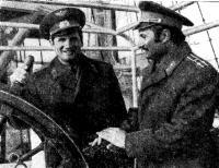 Космонавты Б. В. Большов и В. М. Жолобов у штурвала «Товарища»
