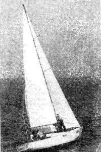 Крейсерская яхта под парусом