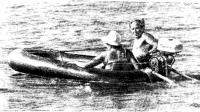 Лодка идет без дифферента благодаря выпущенным за корму веслам