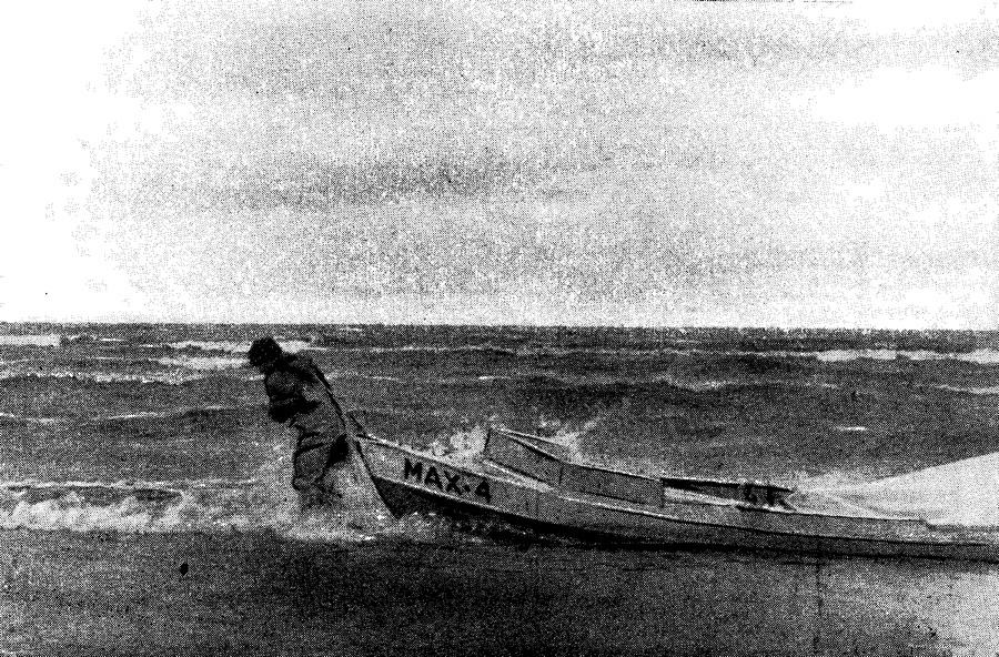Лодка «МАХ-4» у берега