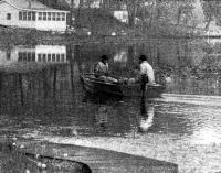 Лодка на плаву с двумя пассажирами