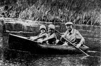 Лодка на воде с тремя пассажирами