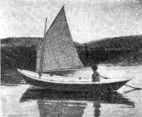 Лодка под рейковым парусом