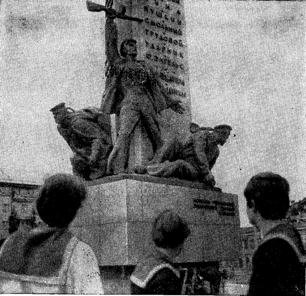 Моряки яхтсмены у памятника героям-днепровцам с названиями погибших кораблей