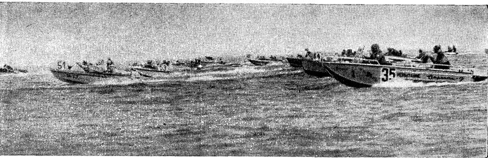 Мотолодки выходят в море. На переднем плане (№35) «Сарепта-Р»