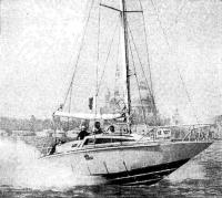 Моторный парусник типа «V-5» глиссирует со скоростью около 50 км/ч