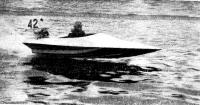 На дистанции спортивная мотолодка конструкции рижанина Б. Клюшникова