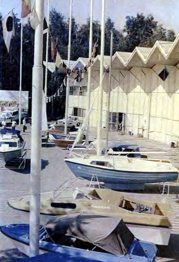 На переднем плане мотолодки «Ладога-2» и «Марина», мини-яхта «Ассоль»