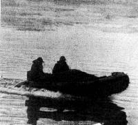 Надувная лодка скользит по воде