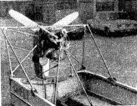 Общий вид кормовой части лодки с установленным двигателем и винтом