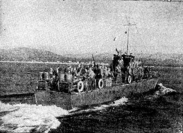 Очередной охотник с десантом отходит от пирса (Геленджик, 1943 г.)