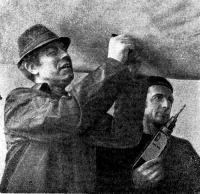 Один из ветеранов верфи — Н. Я. Картонов (слева)