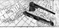 Остатки штурманских инструментов, найденные при раскопках, на фоне карты XVIII столетия