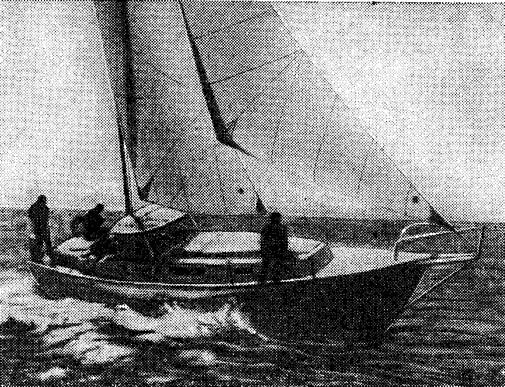 Переоборудованный шведским яхтсменом Ю. Шульце моторный парусник на ходу