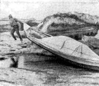 Перетаскивание лодки через льдины