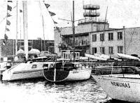 Первые яхты, закончившие соревнования, ошвартовались у стенки Рижского яхт-клуба