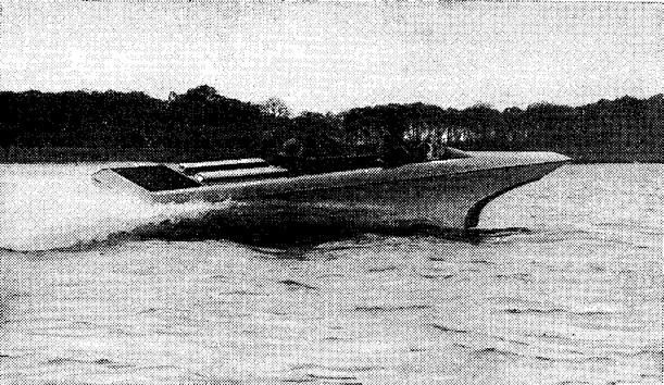 Первый «Морской нож» из стеклопластика, построенный в Англии фирмой «Сзндрок Ауто Марин, Лмд»