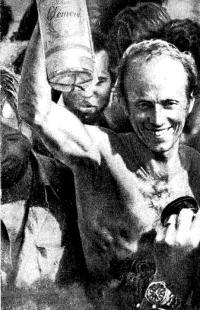Победитель «Ромового рейса» — Майкл Бирч в момент торжественной встречи на финише