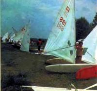 Подготовка к гонке на берегу