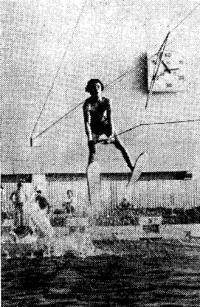 Прыжок с трамплина демонстрирует мастер спорта А. Осипенко