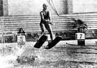 Прыжок воднолыжника на трамплине