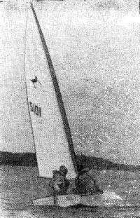 Секционная картоп-лодка типа «302» на ходу под парусом