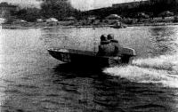Серийная лодка на трассе 10-мильной гонки в Лиепае