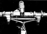 Шарнирный узел гребного устройства. В верхней части — ходовой огонь для плавания в темноте