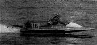 Скутер-трехточка класса ОС проходит дистанцию на скорости 135 км/ч. За рулем П. Богданов