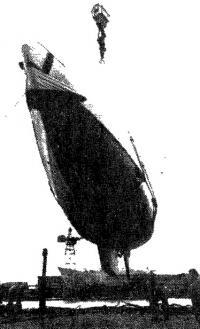Спуск яхты на воду на Гданьской верфи им. В. И. Ленина