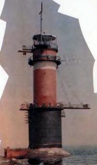 Таллинский маяк-памятник, на котором установлена мемориальная доска