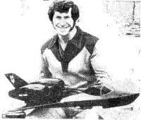 Тони Фэхей с моделью рекордного глиссера