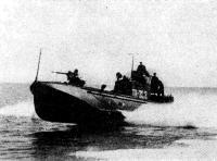 Торпедный катер выходит в атаку