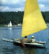 Тримаран — серийная байдарка с самодельным парусным вооружением типа «Стриж»