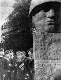 У мемориала легендарным защитникам Моонзунда (о. Хиума)