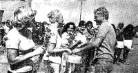 Участницам гонки капитаны преподносят цветы