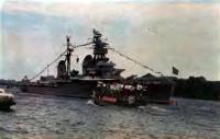 Учебный корабль Краснознаменный крейсер «Киров» на Неве во время праздника